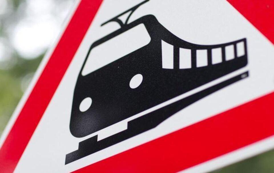 Zug kollidiert mit Auto bei Peißenberg: Großeinsatz