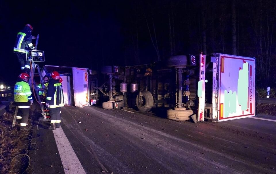 40-Tonner kippt um: A8 Richtung München gesperrt - Fahrzeugteile auf Gegenfahrbahn