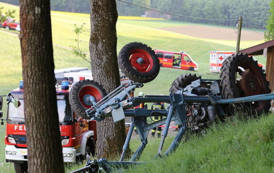 75-Jähriger nach Überschlag unter Oldtimer-Traktor eingeklemmt - tot